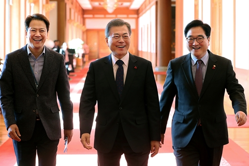 """""""문재인, 청와대에서 민주당 원내지도부 만나"""