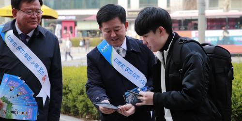 """농협상호금융 꽃씨 나눠주기 행사, 소성모 """"고객 감동 실천"""""""