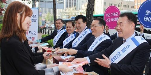 김원석, 농협 인삼 소비 촉진 위해 길거리에서 직접 홍보활동