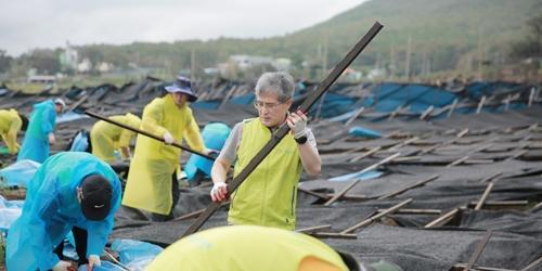 """""""홍재은 오병관, NH농협 임직원들과 태풍피해 복구에 힘 보태"""