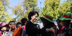 학교 비정규직 노동자, 교육감과 임금교섭 합의해 총파업 철회