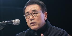 """""""조용병, 신한금융지주 주가부양으로 연임 뒤 경영에 힘 더 싣는다"""
