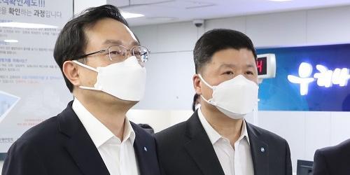 """""""손태승, 우리금융 회장 연임 뒤 첫 일정으로 우리은행 영업점 찾아"""