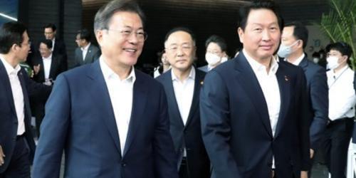 """""""[오늘Who] 문재인 격려 받은 최태원, SK그룹 '소재부품 강국' 선두에"""