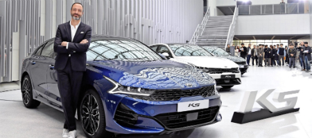 젊은 디자인으로 태어난 기아차 새 K5, '형님차' 현대차 쏘나타 잡는다