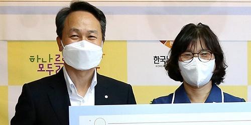 """""""신한은행 독거노인에 식품 지원, 진옥동 """"진정성 있는 사회공헌"""""""