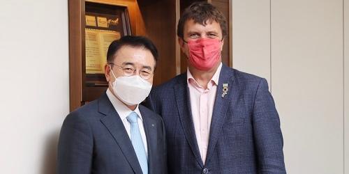 """""""신한금융 UN 전문가와 탄소중립 논의, 조용병 """"기후변화 적극 대응"""""""